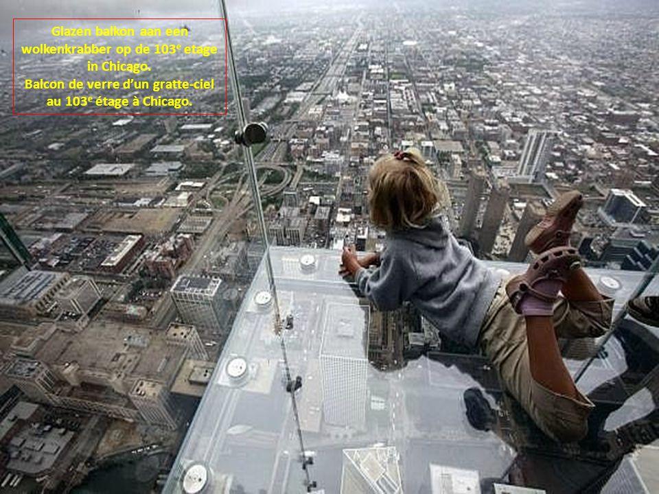 Glazen balkon aan een wolkenkrabber op de 103e etage in Chicago.