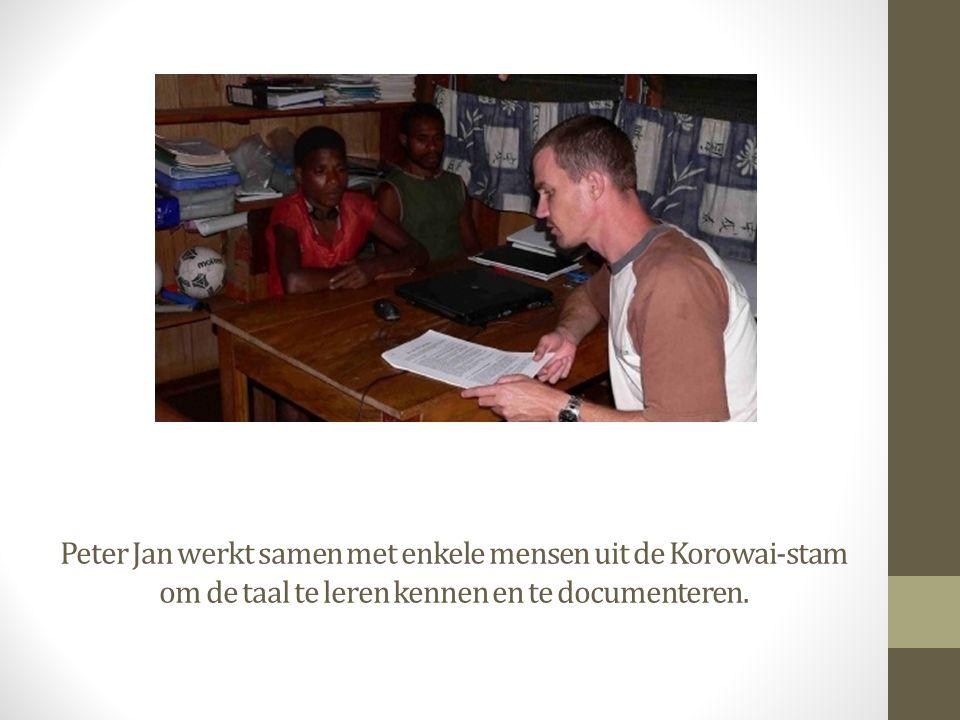 Peter Jan werkt samen met enkele mensen uit de Korowai-stam om de taal te leren kennen en te documenteren.