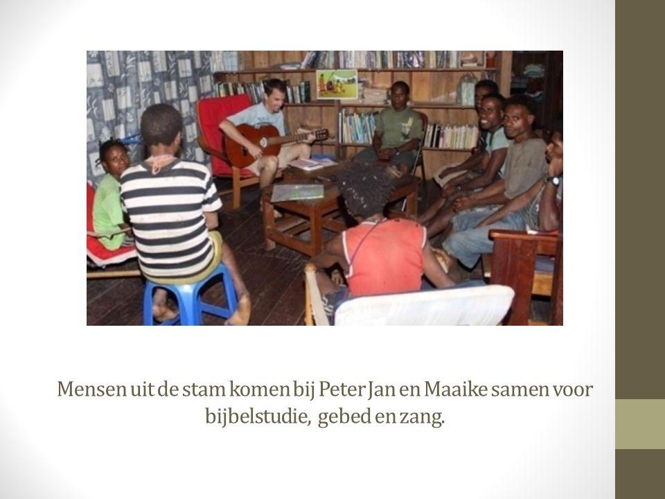 Mensen uit de stam komen bij Peter Jan en Maaike samen voor bijbelstudie, gebed en zang.