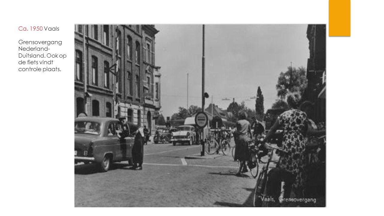 Ca. 1950 Vaals Grensovergang Nederland-Duitsland. Ook op de fiets vindt controle plaats.