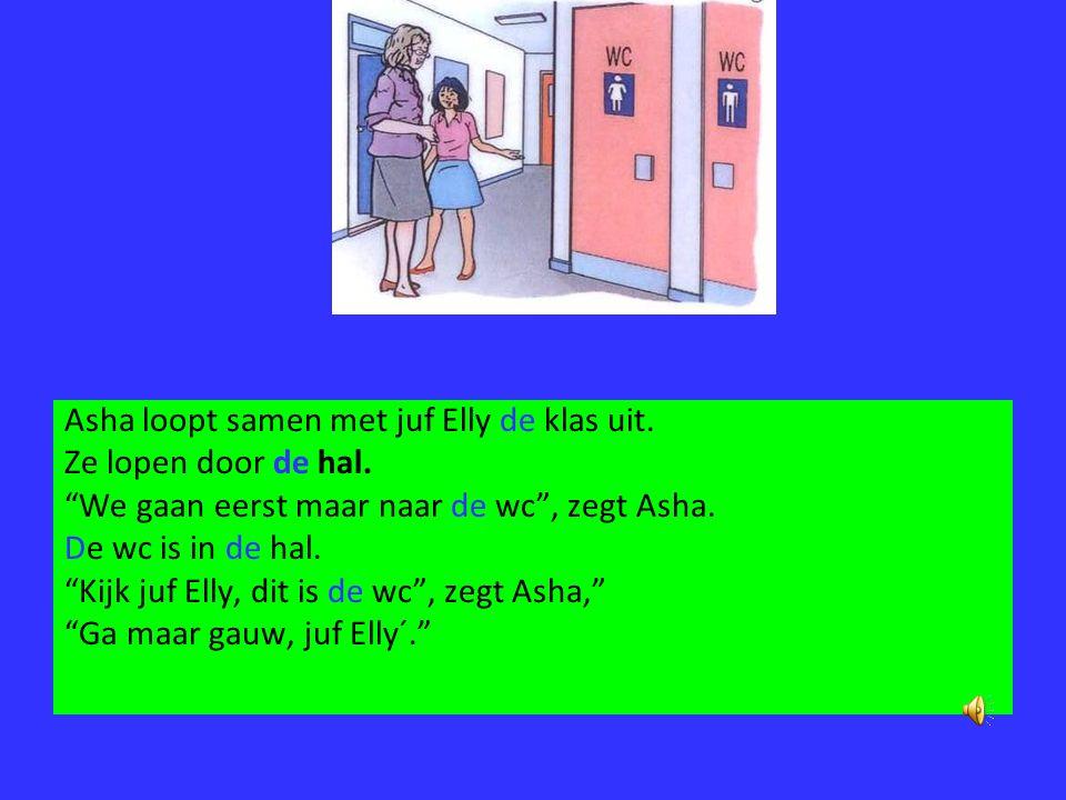 Asha loopt samen met juf Elly de klas uit.
