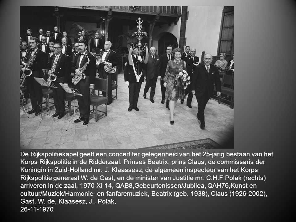 De Rijkspolitiekapel geeft een concert ter gelegenheid van het 25-jarig bestaan van het Korps Rijkspolitie in de Ridderzaal. Prinses Beatrix, prins Claus, de commissaris der Koningin in Zuid-Holland mr. J. Klaassesz, de algemeen inspecteur van het Korps Rijkspolitie generaal W. de Gast, en de minister van Justitie mr. C.H.F Polak (rechts) arriveren in de zaal, 1970 XI 14, QAB8,Gebeurtenissen/Jubilea, QAH76,Kunst en cultuur/Muziek/Harmonie- en fanfaremuziek, Beatrix (geb. 1938), Claus (1926-2002), Gast, W. de, Klaasesz, J., Polak,
