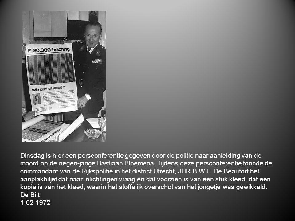 Dinsdag is hier een persconferentie gegeven door de politie naar aanleiding van de moord op de negen-jarige Bastiaan Bloemena. Tijdens deze persconferentie toonde de commandant van de Rijkspolitie in het district Utrecht, JHR B.W.F. De Beaufort het aanplakbiljet dat naar inlichtingen vraag en dat voorzien is van een stuk kleed, dat een kopie is van het kleed, waarin het stoffelijk overschot van het jongetje was gewikkeld.