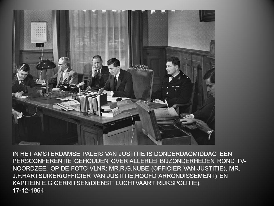 IN HET AMSTERDAMSE PALEIS VAN JUSTITIE IS DONDERDAGMIDDAG EEN PERSCONFERENTIE GEHOUDEN OVER ALLERLEI BIJZONDERHEDEN ROND TV-NOORDZEE. OP DE FOTO VLNR: MR.R.G.NUBE (OFFICIER VAN JUSTITIE), MR. J.F.HARTSUIKER(OFFICIER VAN JUSTITIE,HOOFD ARRONDISSEMENT) EN KAPITEIN E.G.GERRITSEN(DIENST LUCHTVAART RIJKSPOLITIE).