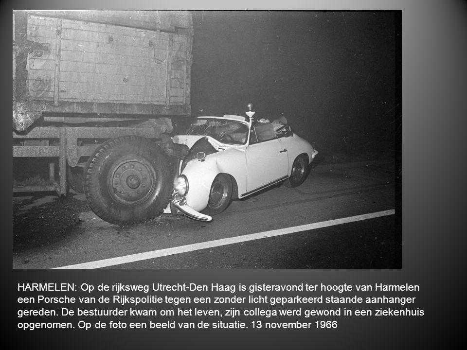 HARMELEN: Op de rijksweg Utrecht-Den Haag is gisteravond ter hoogte van Harmelen een Porsche van de Rijkspolitie tegen een zonder licht geparkeerd staande aanhanger gereden.