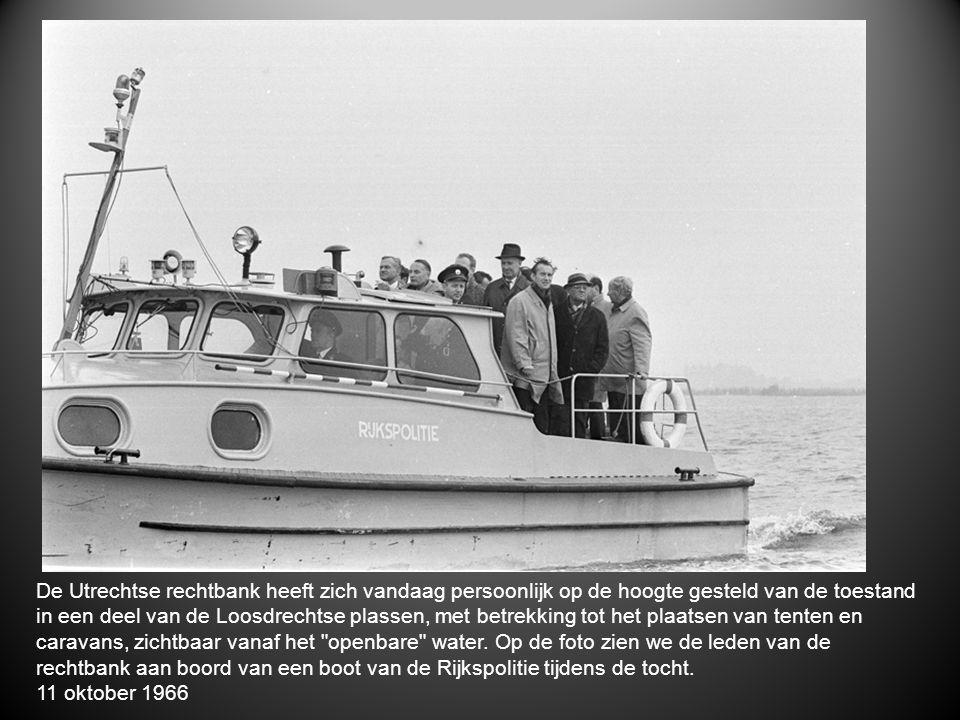 De Utrechtse rechtbank heeft zich vandaag persoonlijk op de hoogte gesteld van de toestand in een deel van de Loosdrechtse plassen, met betrekking tot het plaatsen van tenten en caravans, zichtbaar vanaf het openbare water. Op de foto zien we de leden van de rechtbank aan boord van een boot van de Rijkspolitie tijdens de tocht.