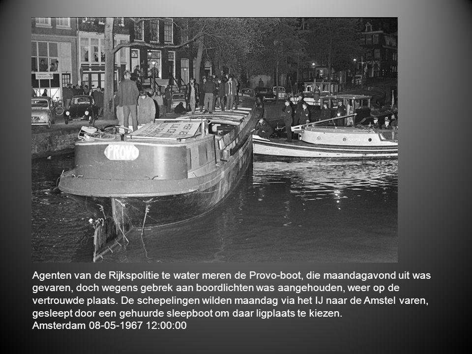 Agenten van de Rijkspolitie te water meren de Provo-boot, die maandagavond uit was gevaren, doch wegens gebrek aan boordlichten was aangehouden, weer op de vertrouwde plaats. De schepelingen wilden maandag via het IJ naar de Amstel varen, gesleept door een gehuurde sleepboot om daar ligplaats te kiezen.