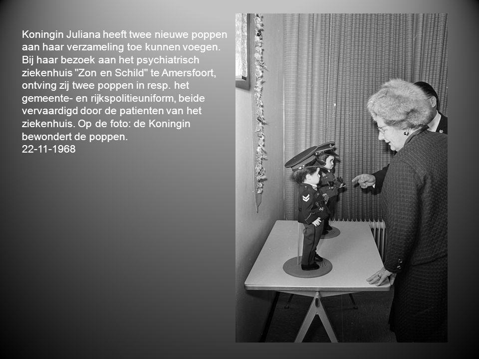 Koningin Juliana heeft twee nieuwe poppen aan haar verzameling toe kunnen voegen. Bij haar bezoek aan het psychiatrisch ziekenhuis Zon en Schild te Amersfoort, ontving zij twee poppen in resp. het gemeente- en rijkspolitieuniform, beide vervaardigd door de patienten van het ziekenhuis. Op de foto: de Koningin bewondert de poppen.