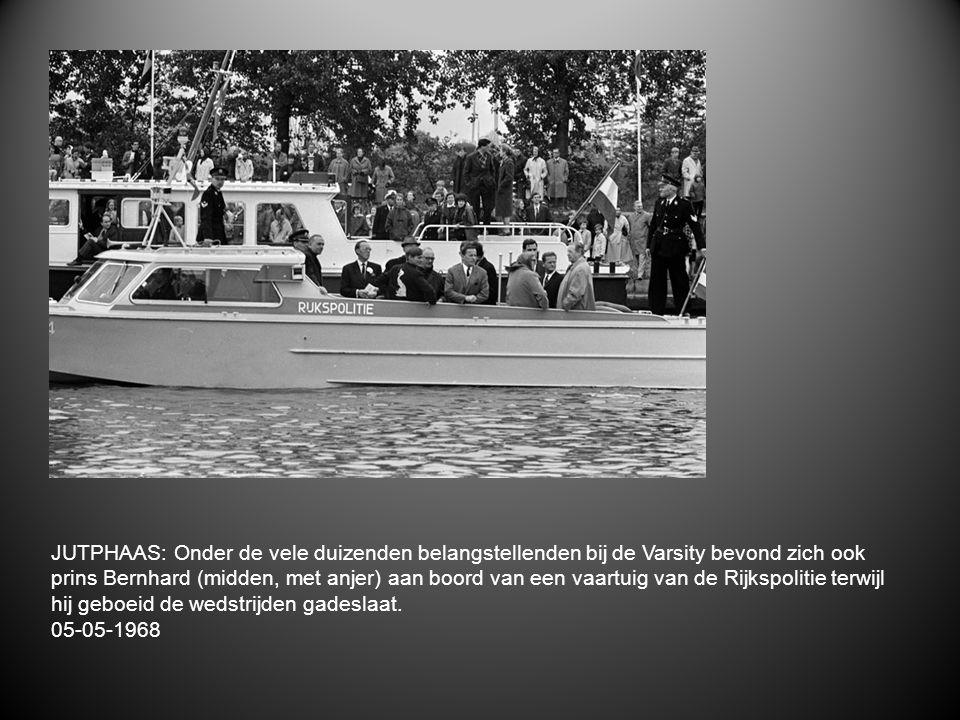 JUTPHAAS: Onder de vele duizenden belangstellenden bij de Varsity bevond zich ook prins Bernhard (midden, met anjer) aan boord van een vaartuig van de Rijkspolitie terwijl hij geboeid de wedstrijden gadeslaat.