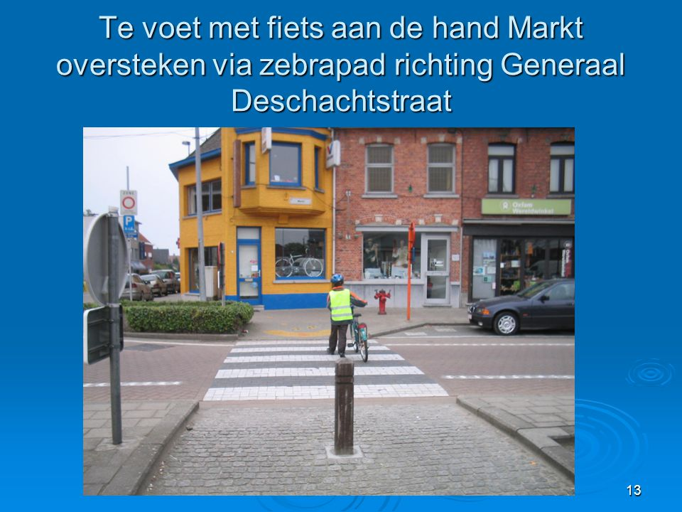 Te voet met fiets aan de hand Markt oversteken via zebrapad richting Generaal Deschachtstraat
