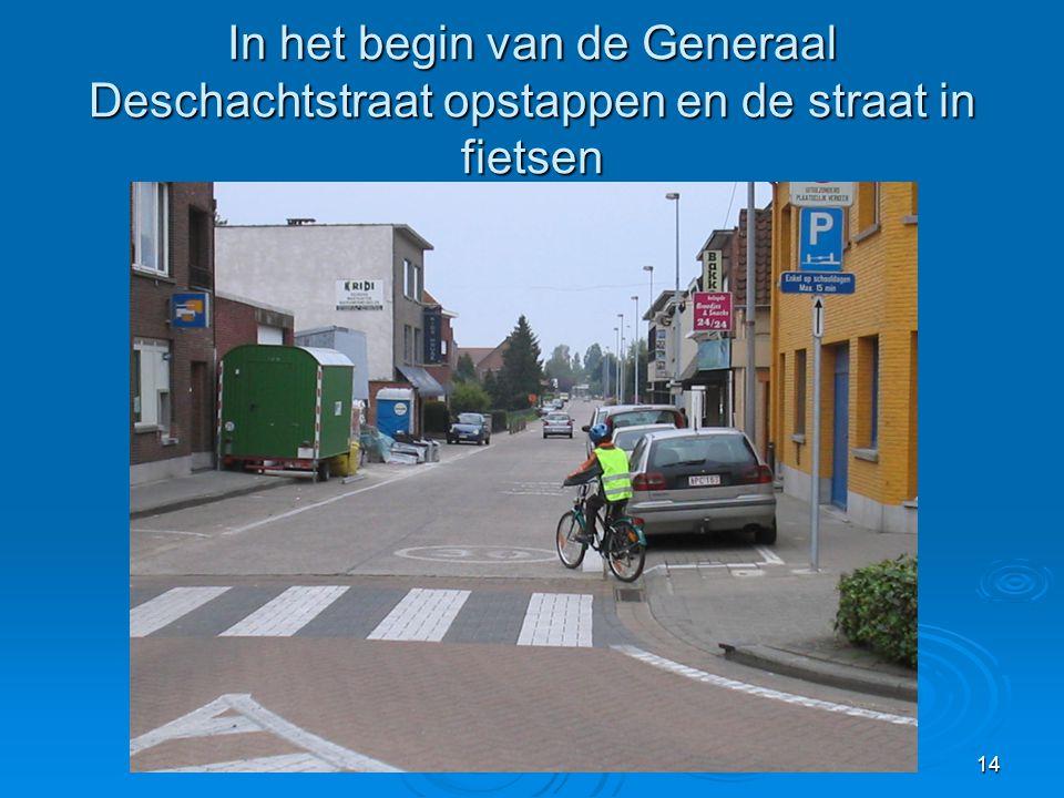 In het begin van de Generaal Deschachtstraat opstappen en de straat in fietsen