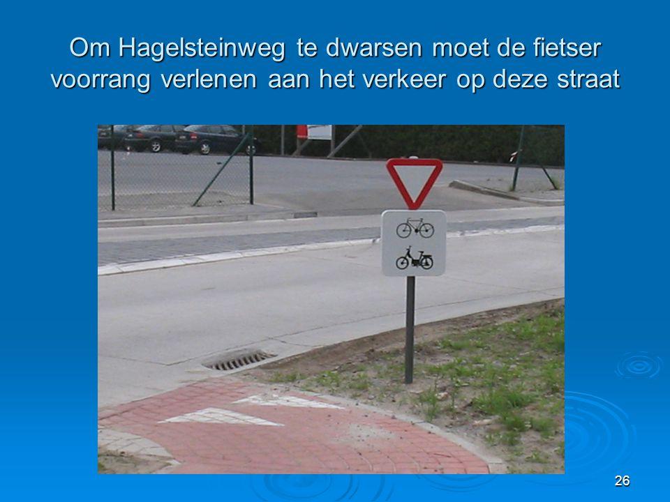 Om Hagelsteinweg te dwarsen moet de fietser voorrang verlenen aan het verkeer op deze straat