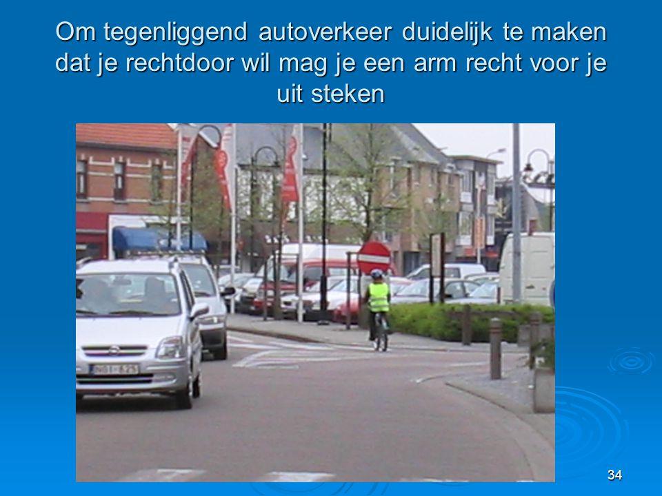 Om tegenliggend autoverkeer duidelijk te maken dat je rechtdoor wil mag je een arm recht voor je uit steken