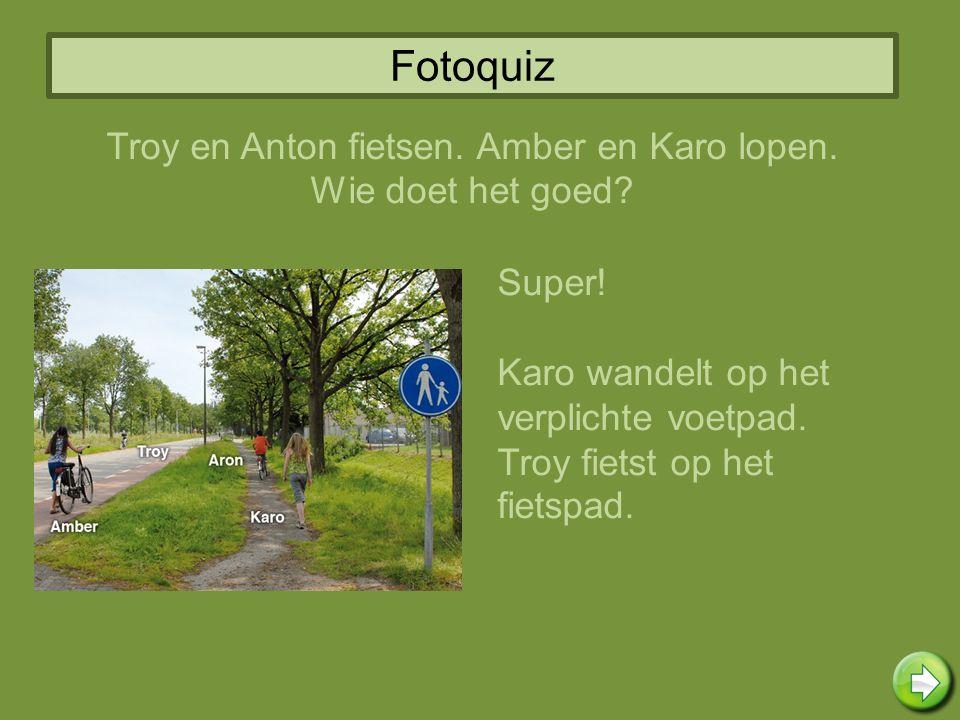 Troy en Anton fietsen. Amber en Karo lopen.