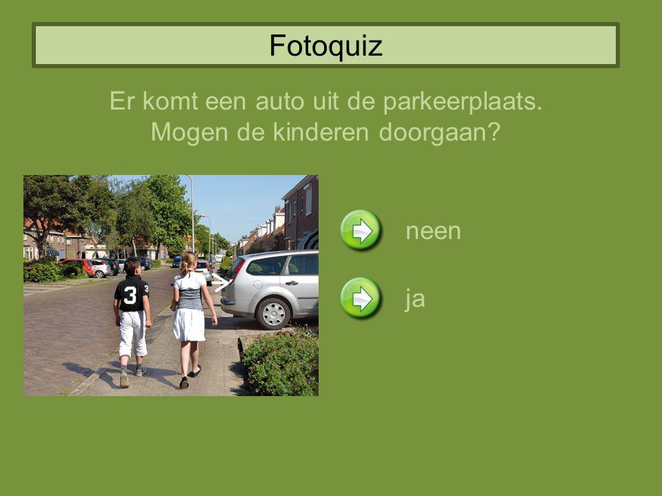 Fotoquiz Er komt een auto uit de parkeerplaats.