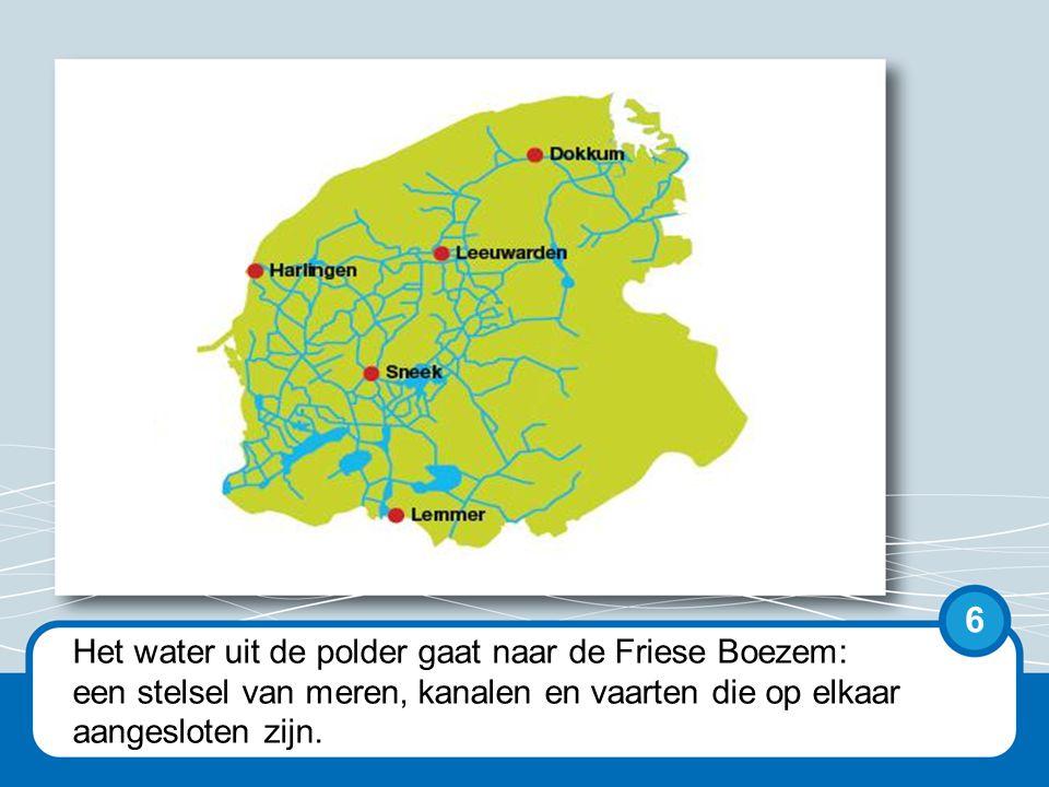 Het water uit de polders kan niet vanzelf weg omdat de polders lager dan zeeniveau liggen.