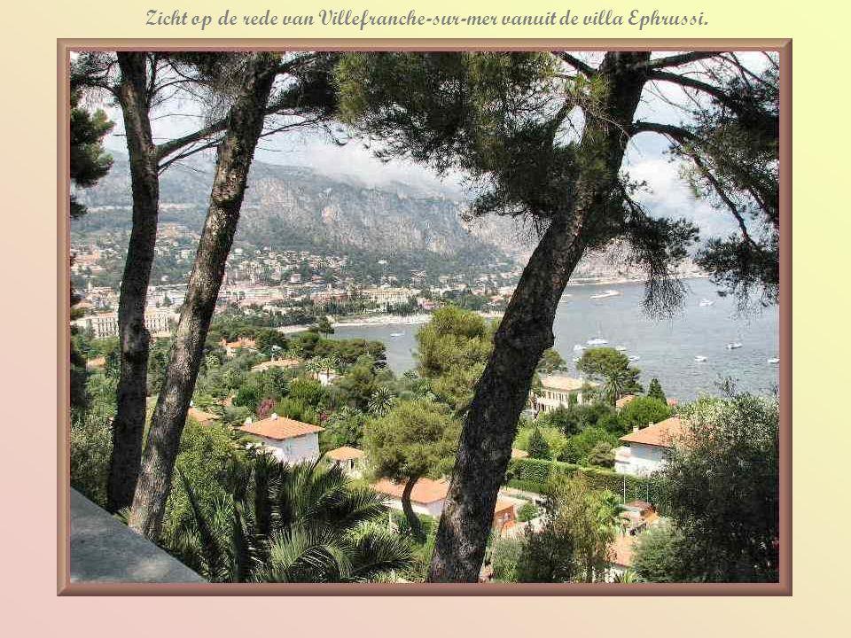Zicht op de rede van Villefranche-sur-mer vanuit de villa Ephrussi.