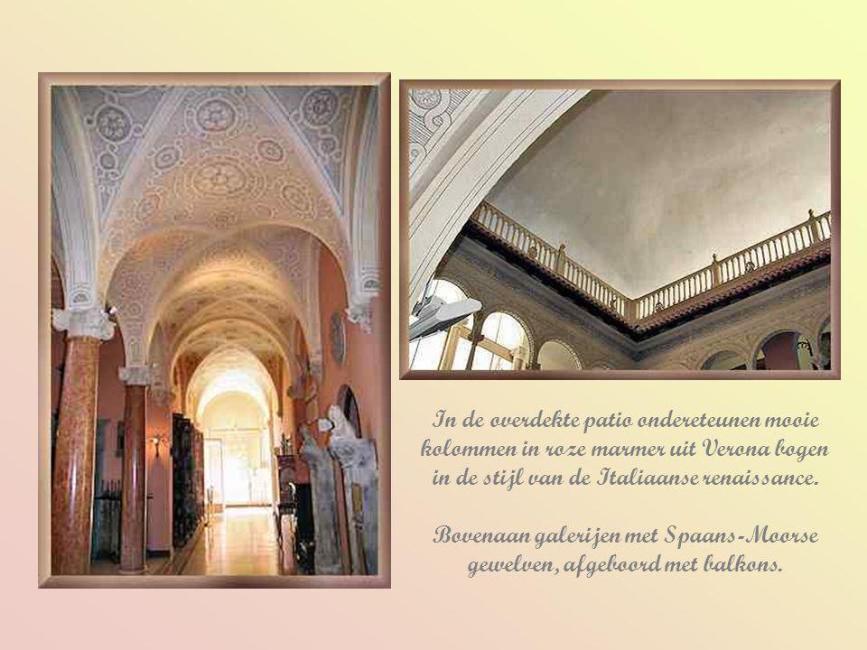 Bovenaan galerijen met Spaans-Moorse gewelven, afgeboord met balkons.