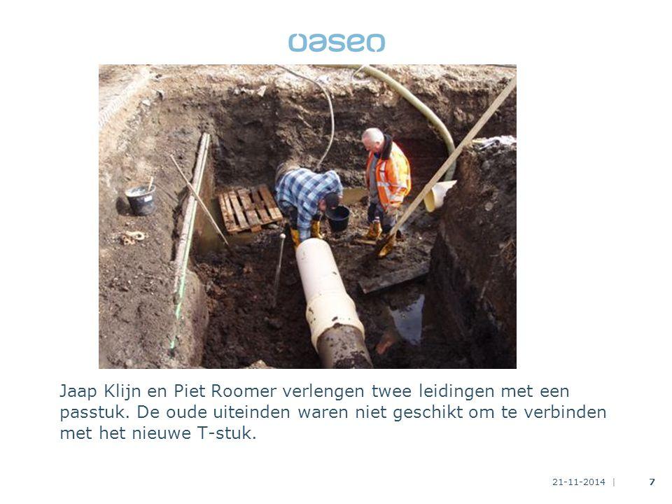 Jaap Klijn en Piet Roomer verlengen twee leidingen met een passtuk