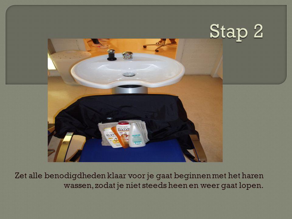 Stap 2 Zet alle benodigdheden klaar voor je gaat beginnen met het haren wassen, zodat je niet steeds heen en weer gaat lopen.