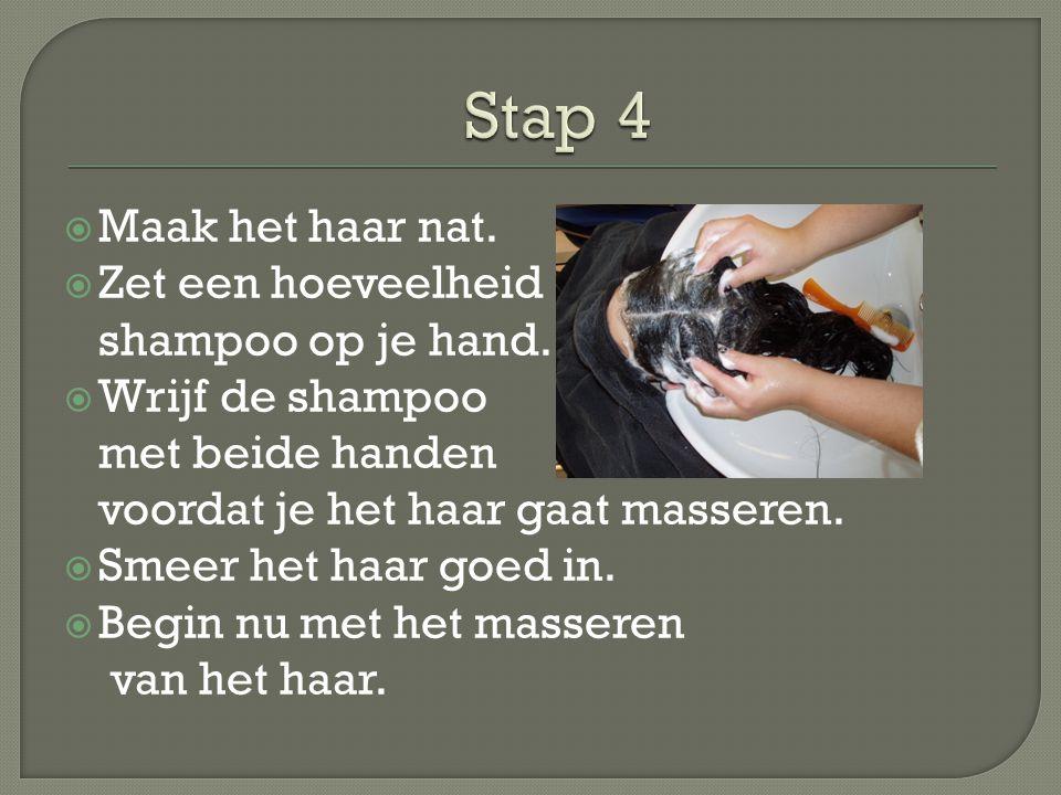 Stap 4 Maak het haar nat. Zet een hoeveelheid shampoo op je hand.