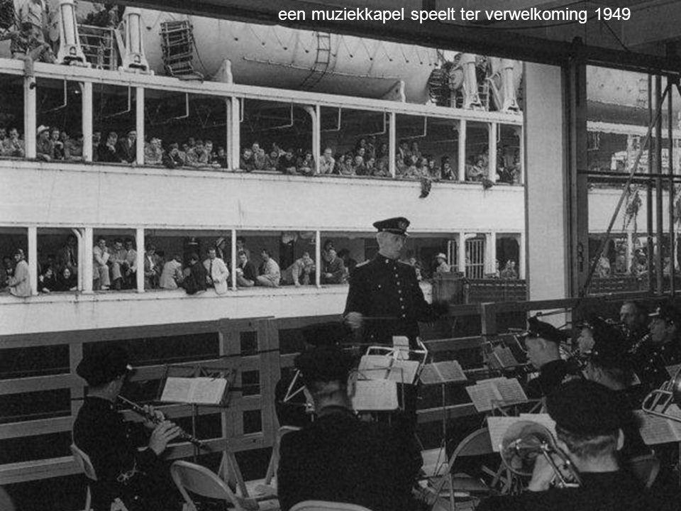 een muziekkapel speelt ter verwelkoming 1949