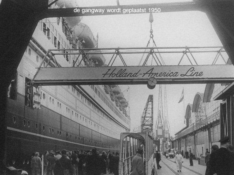 de gangway wordt geplaatst 1950