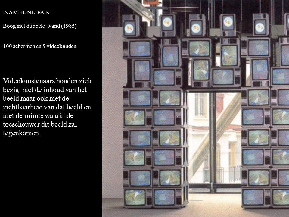 NAM JUNE PAIK Boog met dubbele wand (1985) 100 schermen en 5 videobanden.