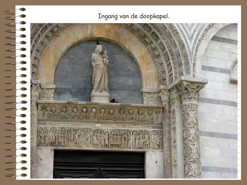 Ingang van de doopkapel.