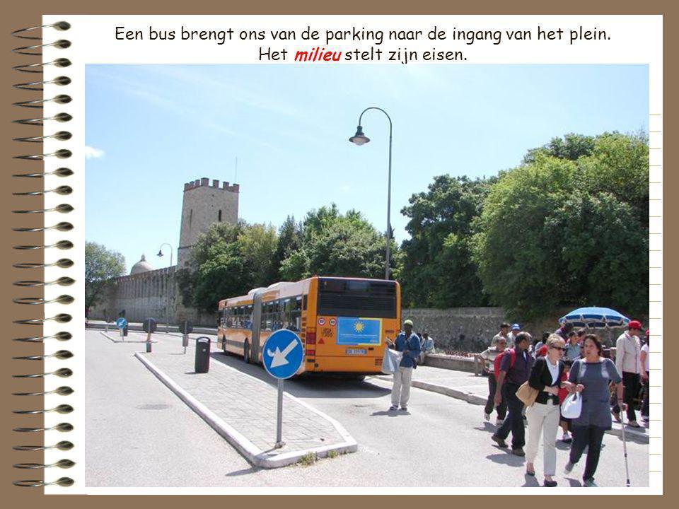 Een bus brengt ons van de parking naar de ingang van het plein
