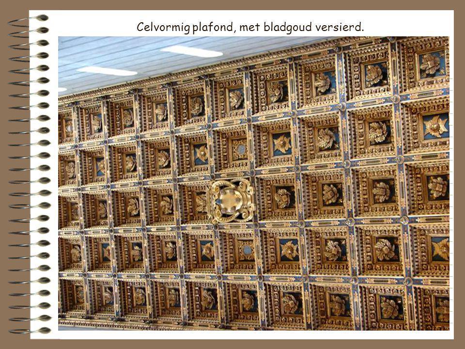 Celvormig plafond, met bladgoud versierd.