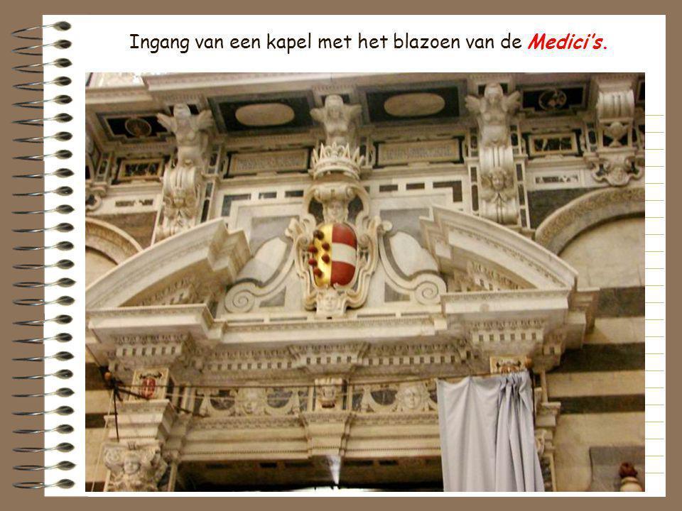 Ingang van een kapel met het blazoen van de Medici's.