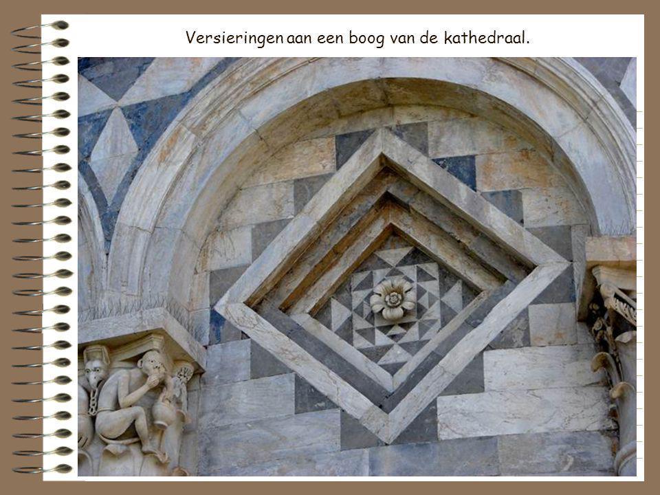 Versieringen aan een boog van de kathedraal.