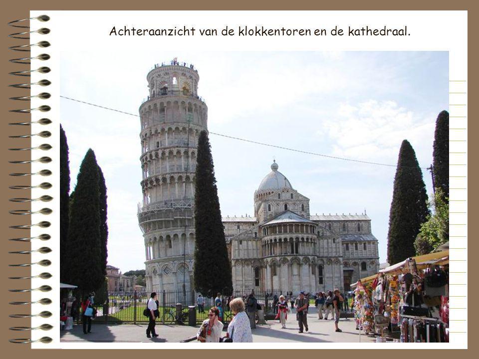 Achteraanzicht van de klokkentoren en de kathedraal.