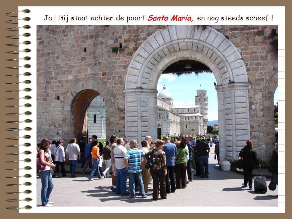 Ja ! Hij staat achter de poort Santa Maria, en nog steeds scheef !