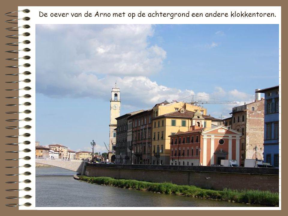 De oever van de Arno met op de achtergrond een andere klokkentoren.