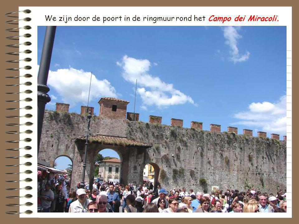 We zijn door de poort in de ringmuur rond het Campo dei Miracoli.