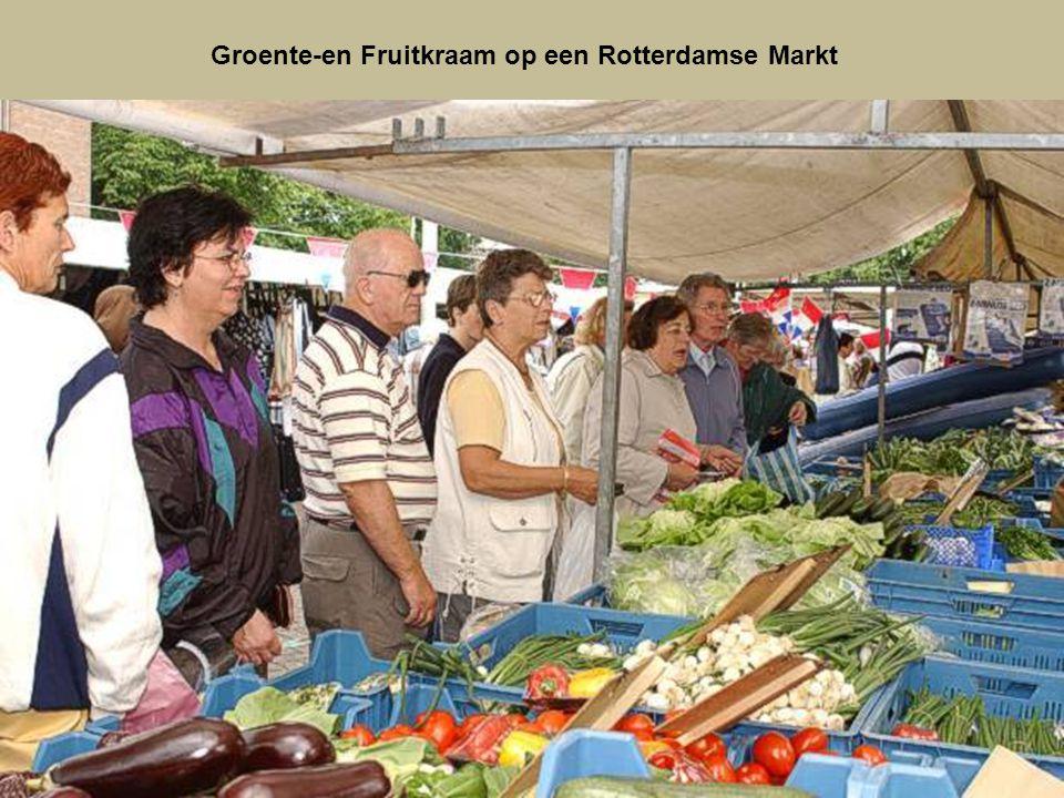 Groente-en Fruitkraam op een Rotterdamse Markt