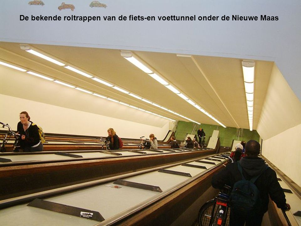 De bekende roltrappen van de fiets-en voettunnel onder de Nieuwe Maas
