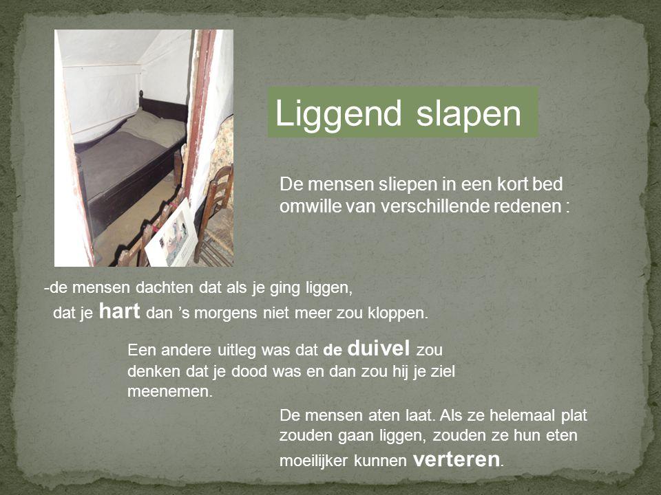 Liggend slapen De mensen sliepen in een kort bed