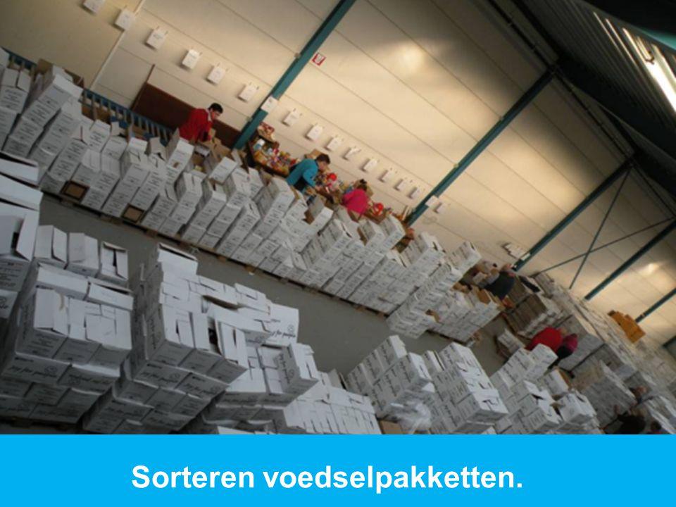 Sorteren voedselpakketten.