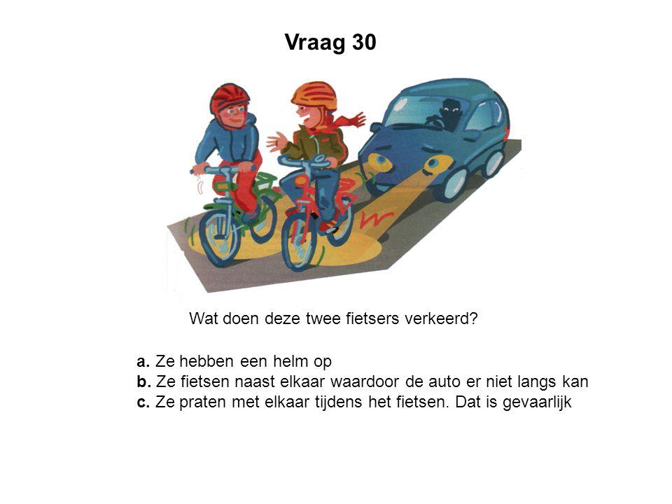 Vraag 30 Wat doen deze twee fietsers verkeerd