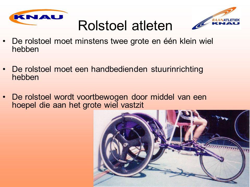 Rolstoel atleten De rolstoel moet minstens twee grote en één klein wiel hebben. De rolstoel moet een handbedienden stuurinrichting hebben.