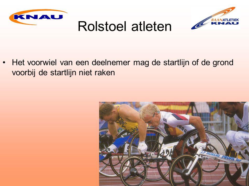 Rolstoel atleten Het voorwiel van een deelnemer mag de startlijn of de grond voorbij de startlijn niet raken.