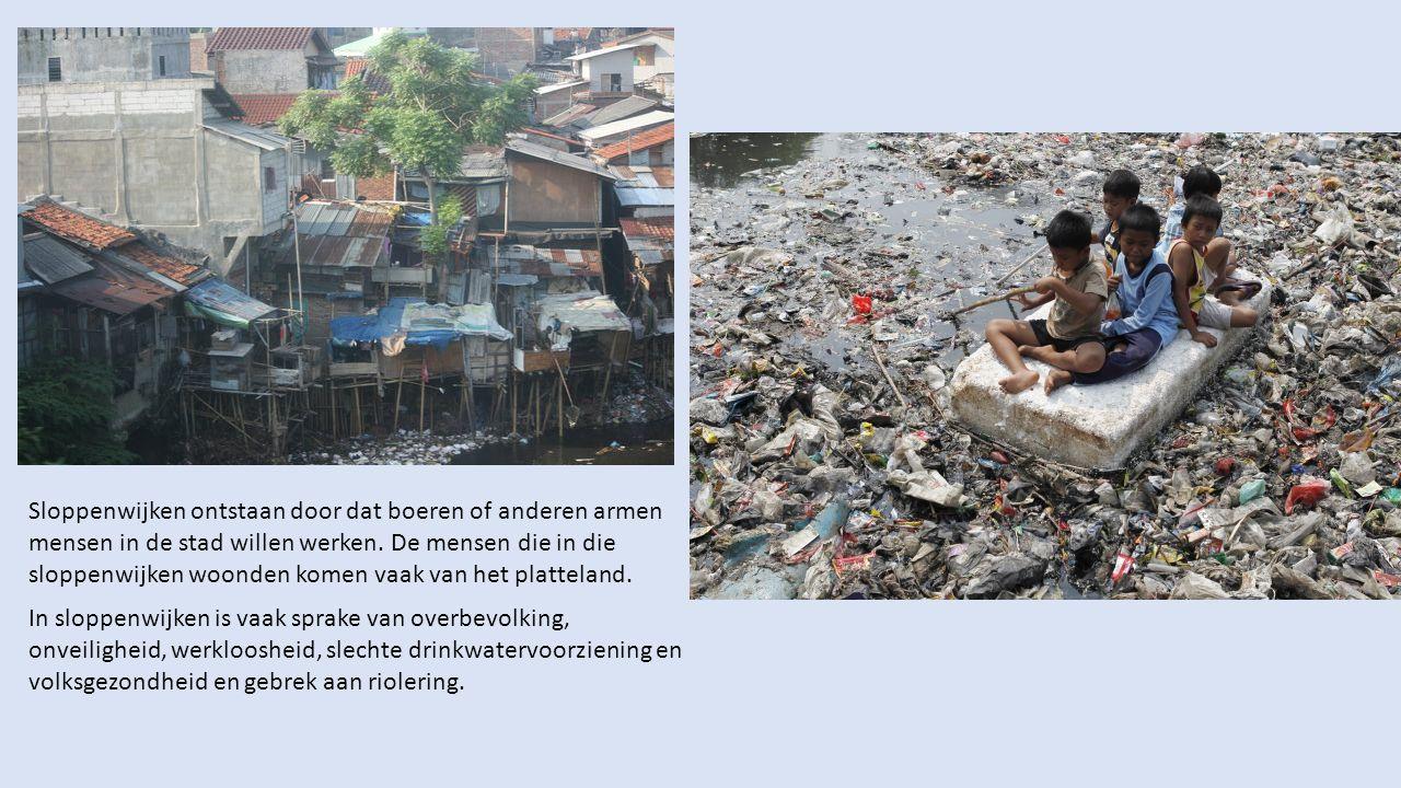 Sloppenwijken ontstaan door dat boeren of anderen armen mensen in de stad willen werken. De mensen die in die sloppenwijken woonden komen vaak van het platteland.