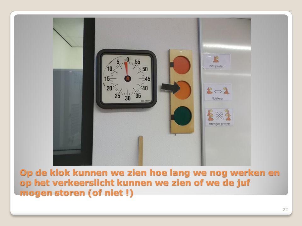 Op de klok kunnen we zien hoe lang we nog werken en op het verkeerslicht kunnen we zien of we de juf mogen storen (of niet !)