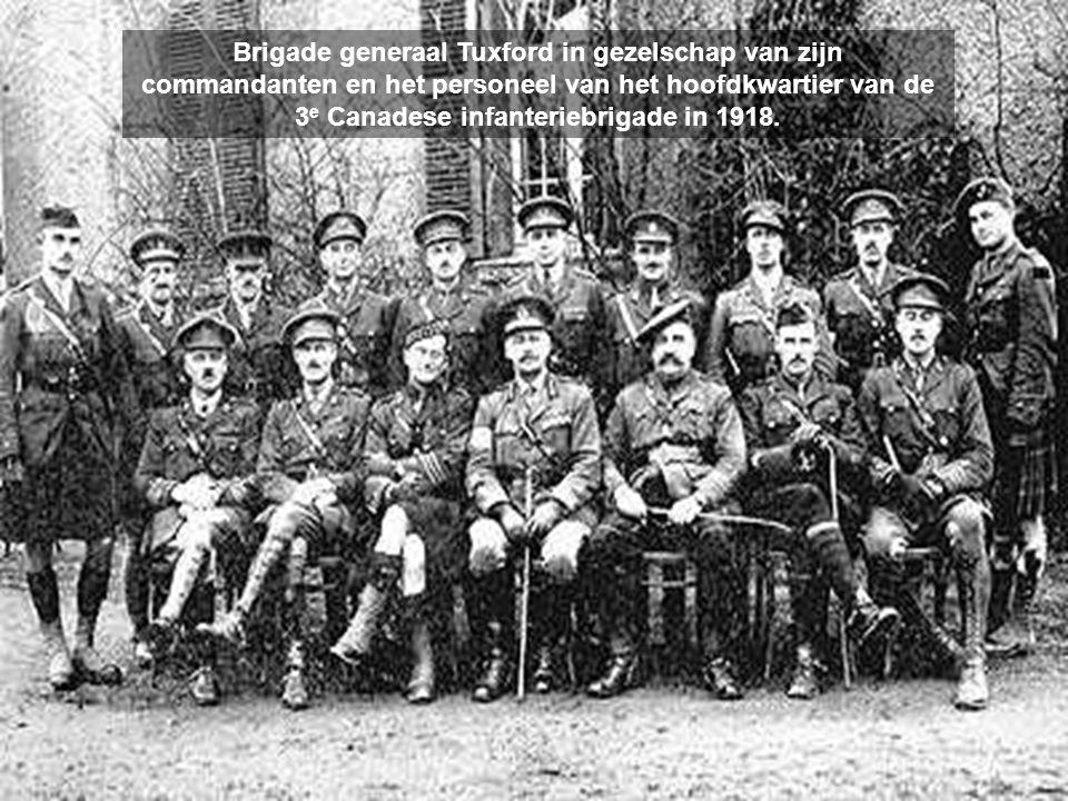 Brigade generaal Tuxford in gezelschap van zijn commandanten en het personeel van het hoofdkwartier van de 3e Canadese infanteriebrigade in 1918.