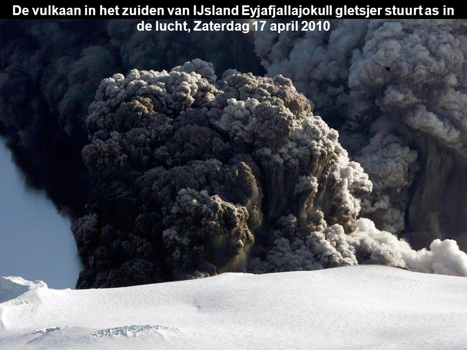 De vulkaan in het zuiden van IJsland Eyjafjallajokull gletsjer stuurt as in de lucht, Zaterdag 17 april 2010