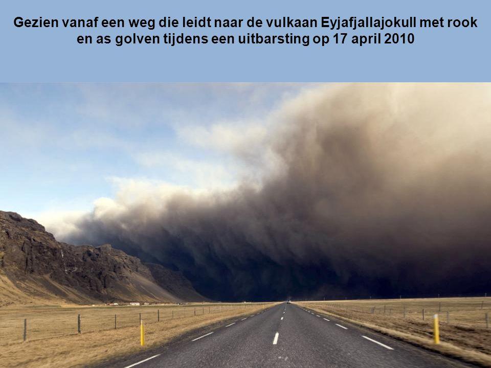 Gezien vanaf een weg die leidt naar de vulkaan Eyjafjallajokull met rook en as golven tijdens een uitbarsting op 17 april 2010
