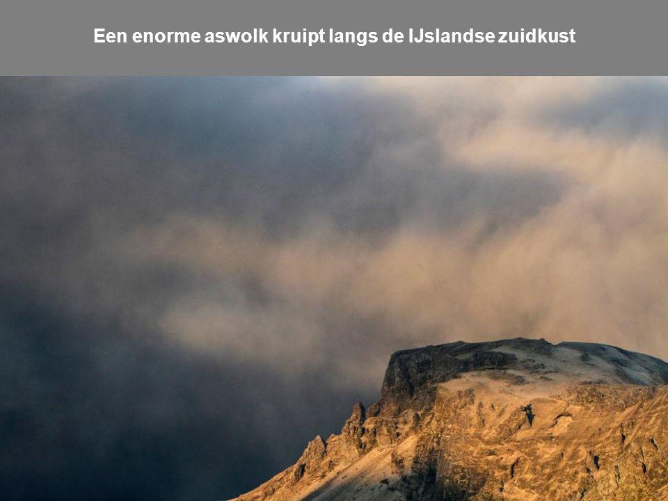 Een enorme aswolk kruipt langs de IJslandse zuidkust